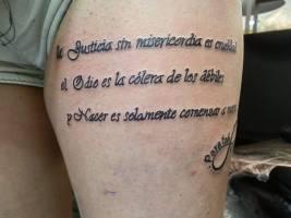 Tattoo De Una Frase En La Pierna
