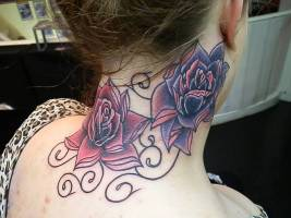 Tatuaje De Grandes Flores A Color En El Cuello De Una Mujer