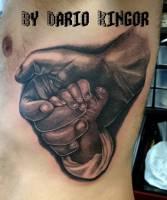 Tatuaje De Una Mano Agarrando La Mano De Un Bebé