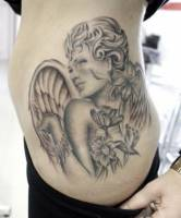 Tattoo de un angel con flores