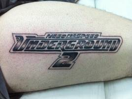 Tatuaje del Need for Speed en la pierna