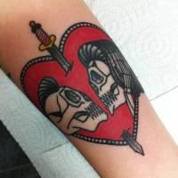 Tatuaje De Un Corazón Atravesado Por Una Espada Y Una Pareja De