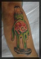 Tattoo old school de una mano arrancada en un skate