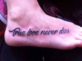 Tattoo de la frase True love never dies
