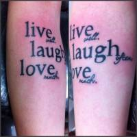 Tattoo de la frase: live well, laugh often love much