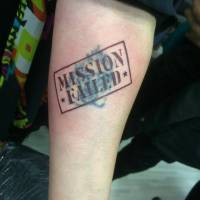 Cover de un tattoo con un cartel que dice Mission Failed