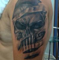 Tattoo de la calavera de The Punisher desgarrando la piel