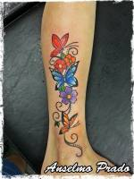 Tattoo de flores y mariposas