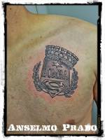 Tattoo del logo de superman, laureles, escudo y corona