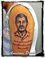 Tatuaje retrato co una frase